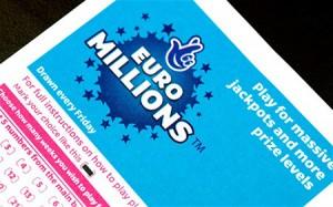 Britische Lotterie-Gewinnerin hält Versprechen an ihren Vater